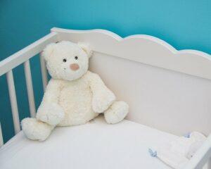 Teddy in Schaukelwiege.