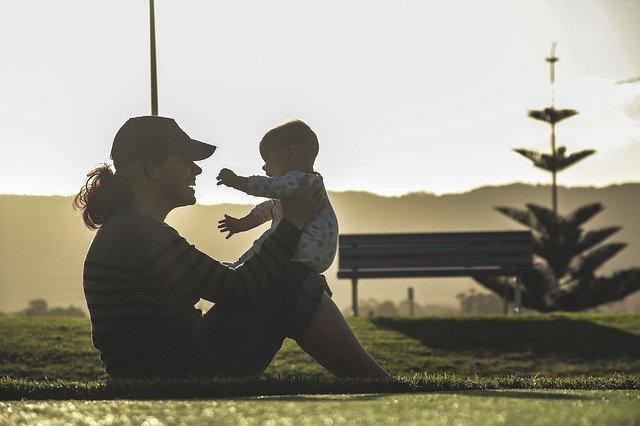 Mama mit Baby. Online Rückbildungskurs - Trend oder eine echte Alternative?
