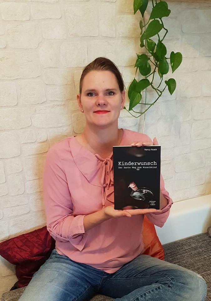 """Nancy Noack mit ihrem Buch """"Kinderwunsch - Der harte Weg zum Wunschkind"""""""