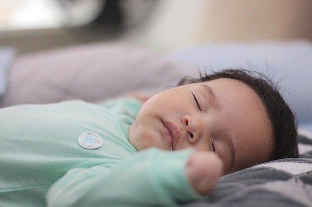Der passende Babyschlafsack. Foto eines schlafenden Babys im Schlafsack.