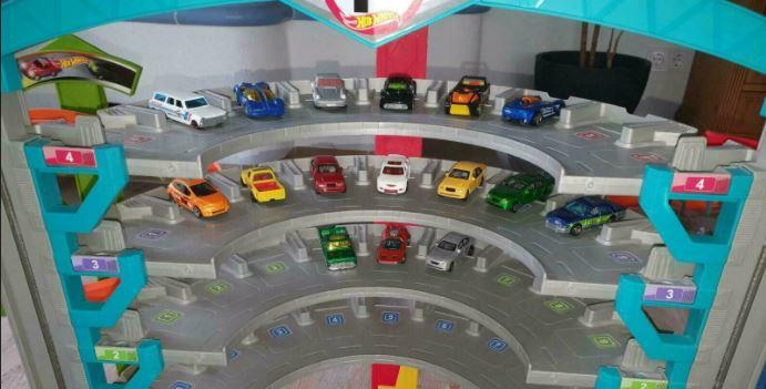 Die besten Hot Wheels Bahnen und Autos: Foto einer Hot Wheels Garage mit Hot Wheels.