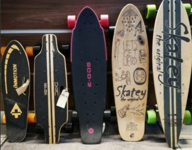 Foto von 5 E-Skateboards
