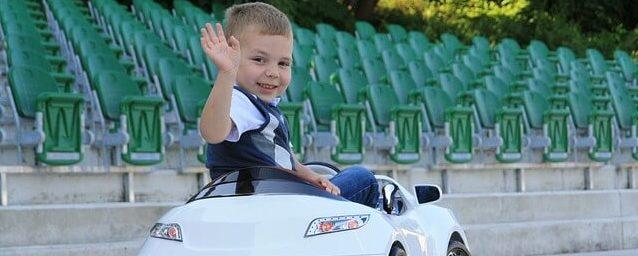 Elektroauto - elektronisches Kinderauto mit Kind