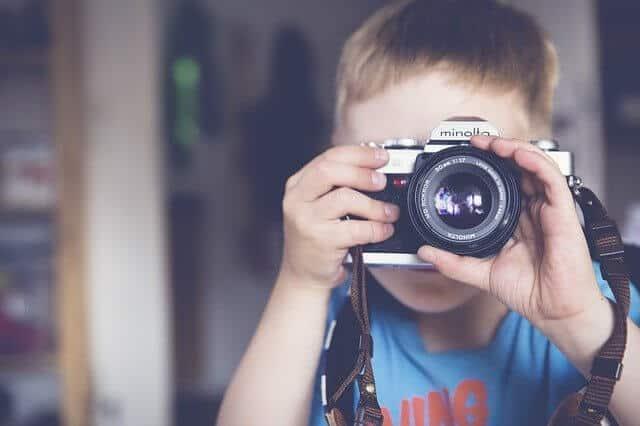 Fotografieren lernen für Kinder. Kind mit Kamera.
