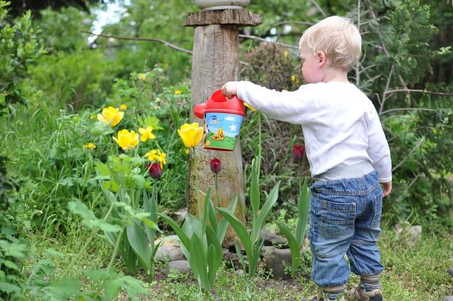Schon die ganz Kleinsten können im Garten mithelfen und lernen auf spielerische Weise alles über Blumen, Obst, Gemüse und Tiere im heimischen Garten.