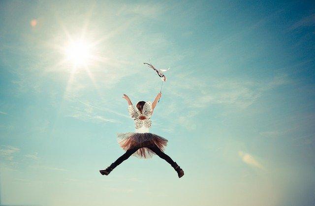 Kind springt auf einer Hüpfmatratze in die Luft.