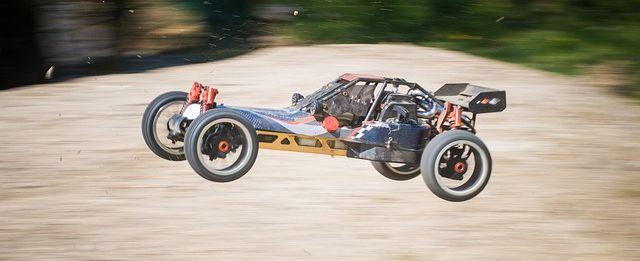 RC-Auto: Ferngesteuertes Auto.
