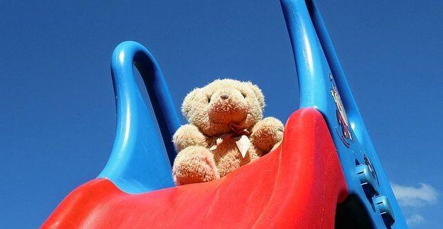 Stelzenhaus mit Rutsche: Teddy auf Rutsche.