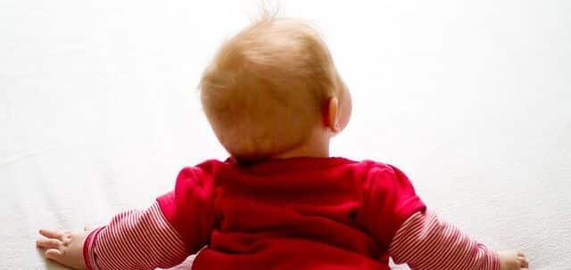 Krabbelmatte kaufen, Spielmatte kaufen: Baby krabbelt auf dem Boden.