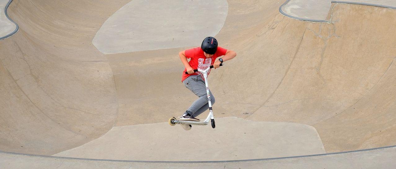 Kickboard kaufen: Kind auf einem Kickboard.