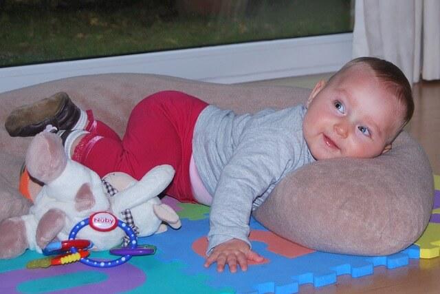 Stillkissen und Schwangerschaftskissen mit Baby.