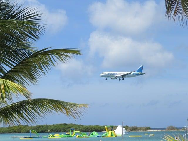 Im Flugzeug über den Strand - SO kannst du deine Flugangst überwältigen.