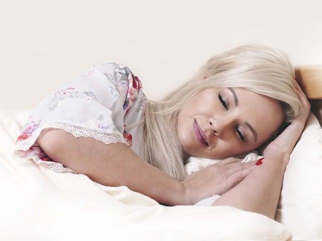 Eine Frau schläft in ihrem Stillnachthemd.