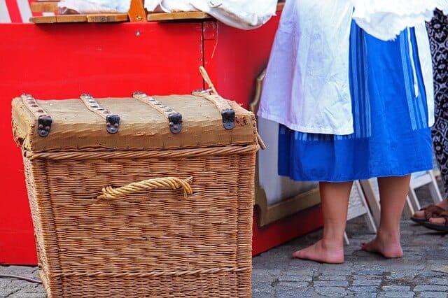 Der Kauf eines Wäschesammlers kann dir im Haushalt nützlich sein.