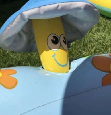 Mini - Planschbecken und Mini-Pools sind meist niedlich anzusehen und bringen deinem Baby Abkühlung an heißen Tagen. Auf dem Foto: Ein Ausschnitt eines Babypools mit Überdachung.