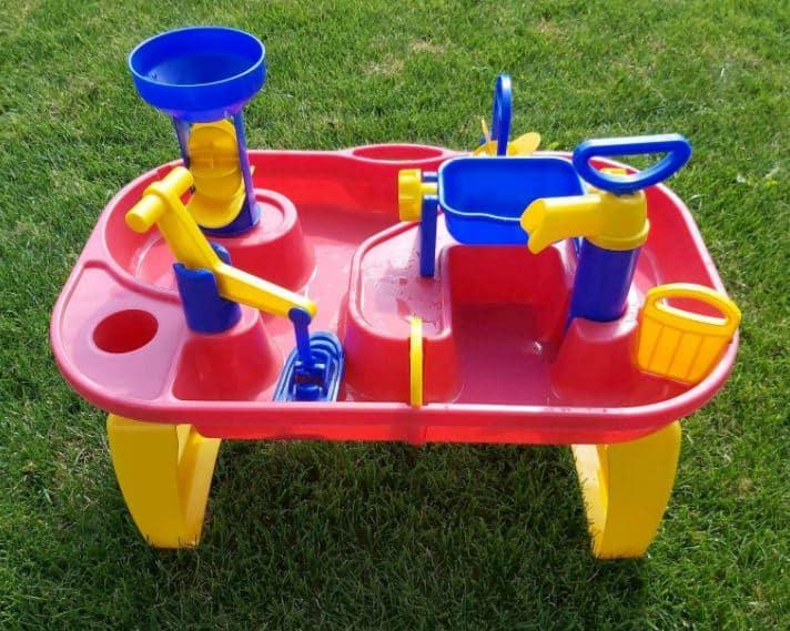 Ein Wassertisch, der eher für kleiner Kinder geeignet ist.