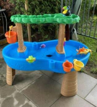 Ein Wasserspieltisch, bei dem auch größere Kinder voll auf ihre Kosten kommen.