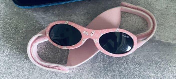 Eine rosafarbene Baby Sonnenbrille.