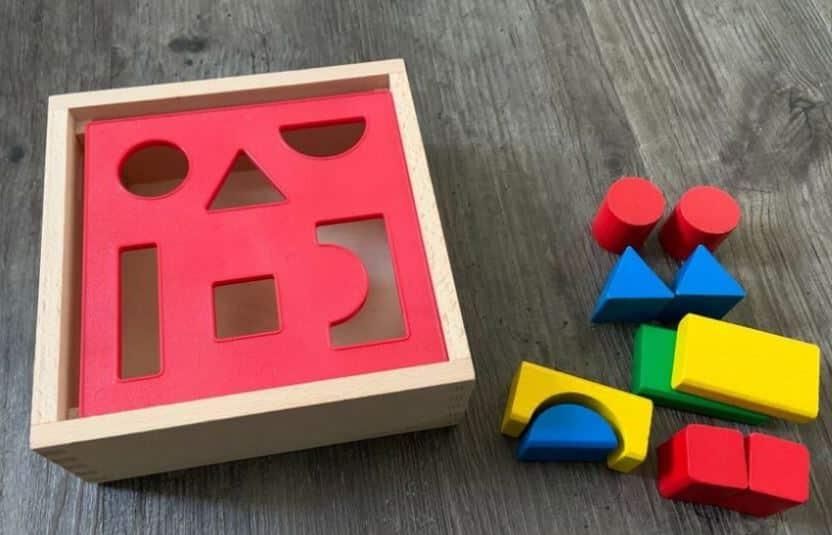 Ein Formensortierspiel aus Holz.