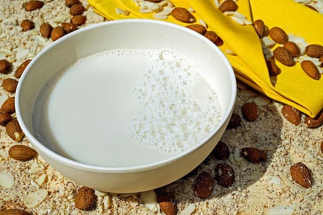 Mandelmilch ist eine gesunde und leckere Alternative zur herkömmlichen Kuhmilch.