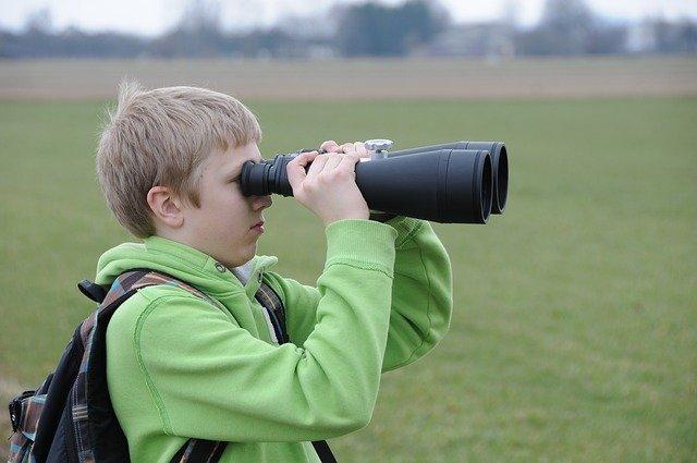 Mit einem guten Fernrohr lässt sich nicht nur die Natur erforschen, auch den Himmel und die Planeten lassen sich dabei entdecken. Auf dem Foto: Ein junger Naturforscher.