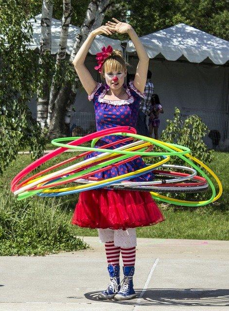 Ein Clown mit Hoola Hup Reifen.