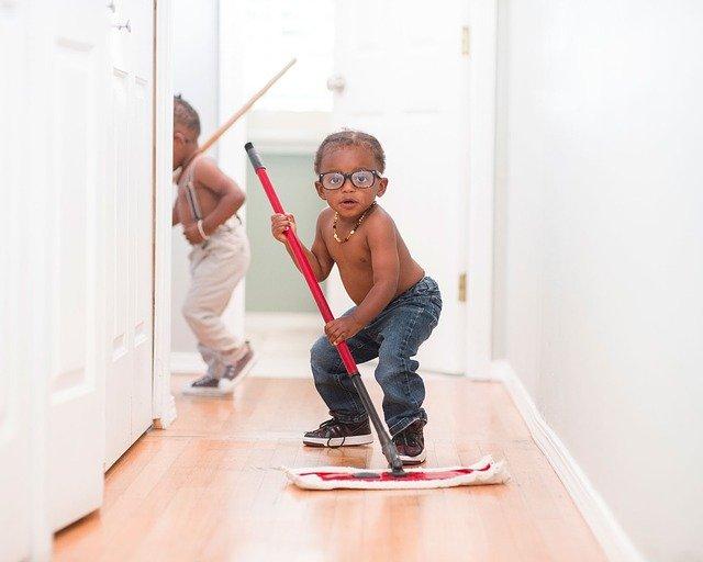 Auch Kindern bereitet das Saubermachen mit den passenden Reinigungsgeräten Spaß.