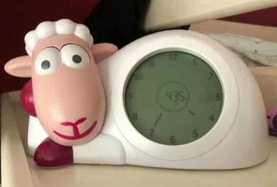 Manche Kinderwecker sind als Schlaftrainer konzipiert. Er lässt dein Kind wissen, ob es noch im Bett bleiben und wann es aufstehen kann.