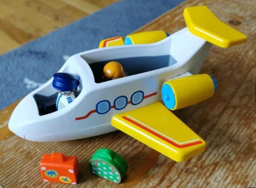 Alles Einsteigen! Fertig machen zum Start! Spielzug-Flugzeuge sind bei kleinen und großen Kindern beliebt.